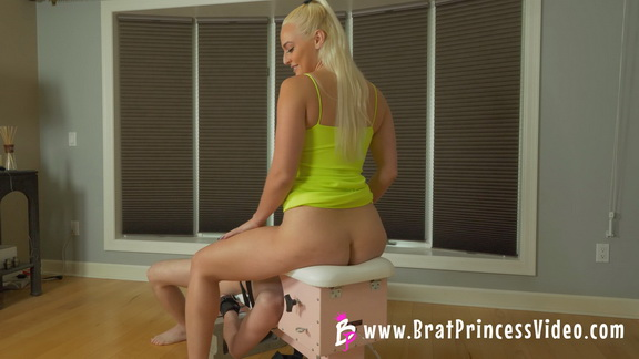 Macy Princess Gets Oral Gratification From Boy In A Box.mp4 snapshot 02.12.031